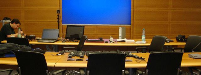 Ein PCS Techniker bei Wartungsarbeiten in einem großen Konferenzsaal